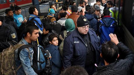 Des migrants attendent dans une gare du Nord de l'Allemagne en novembre 2015, crédits photo : ©CARSTEN REHDER / DPA / AFP