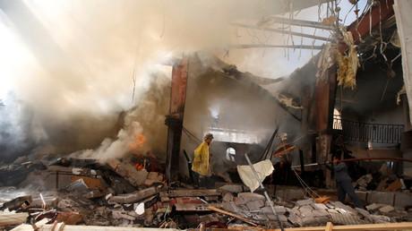 Les pompiers éteignent un incendie causé par une frappe aérienne de la coalition arabe dans la capitale yéménite Sanaa, le 9 octobre 2016