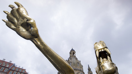Une sculpture de l'artiste Rainer Opolka, représentant un loup effectuant un salut nazi, à Dresde (Allemagne), en mars 2016 (Photographie d'illustration)