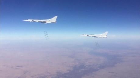 Des avions militaires russes Tu-22M dans le ciel syrien près de la ville de Deir ez-Zor.
