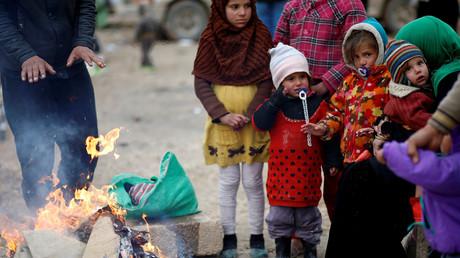 Des familles irakiennes déplacées se réchauffent à quelques kilomètres de Mossoul et de la ligne de front des combats contre Daesh