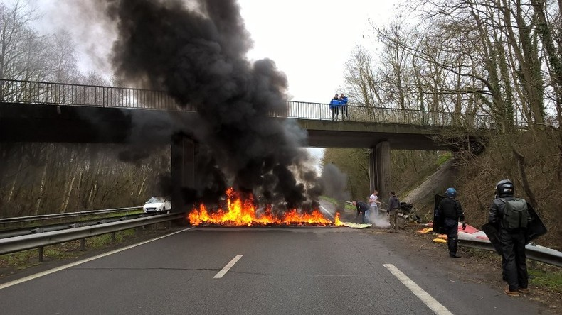 Nantes : car dégradé et feu de route en amont du meeting de Marine Le Pen (PHOTOS)