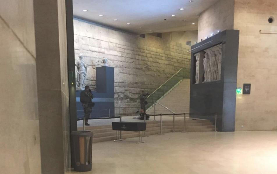 Attaque du Louvre : les premières images de la neutralisation de l'assaillant affluent sur Twitter
