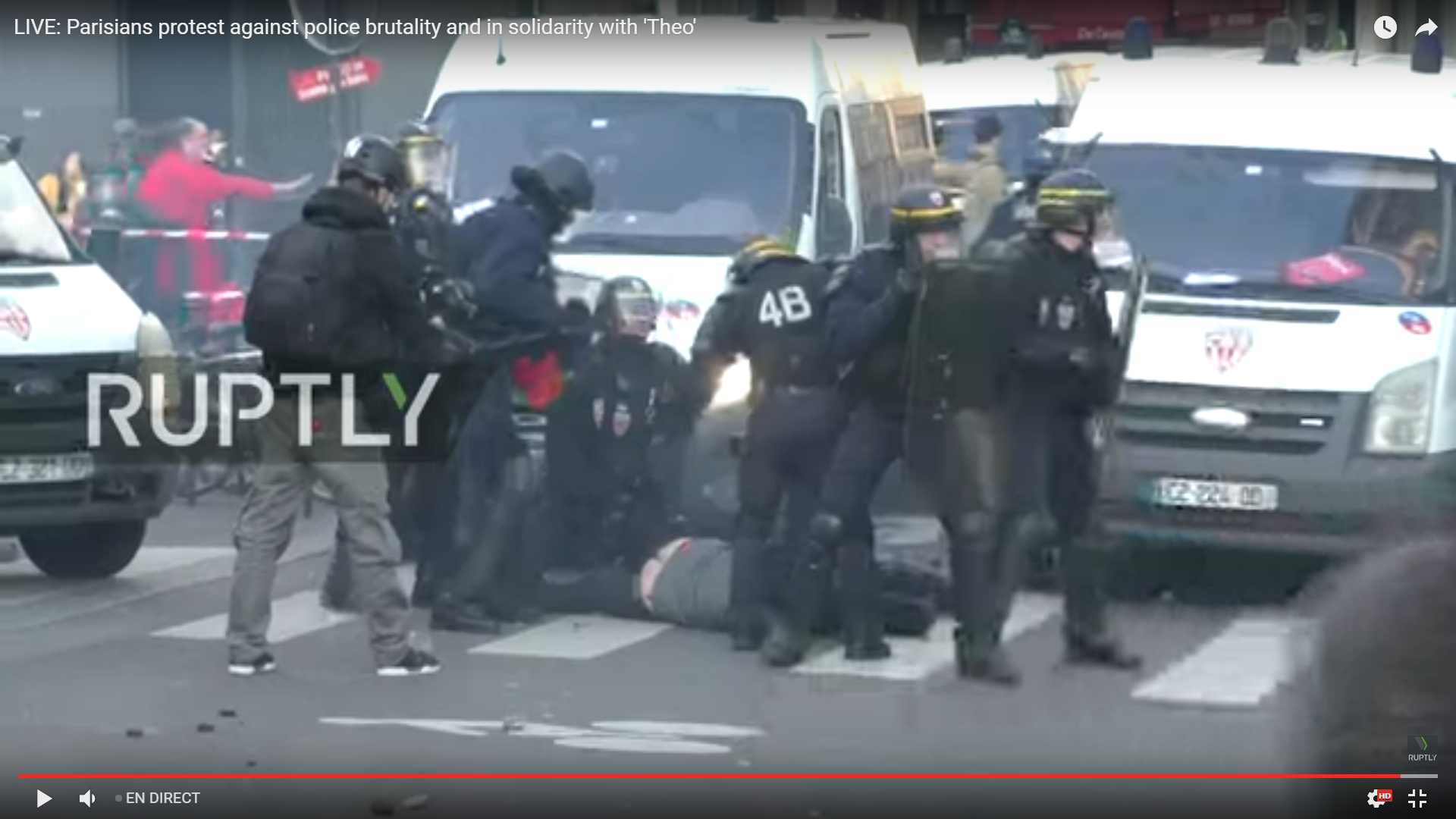 Heurts avec les CRS : la manifestation contre les «dérives policières» à Paris dégénère (IMAGES)