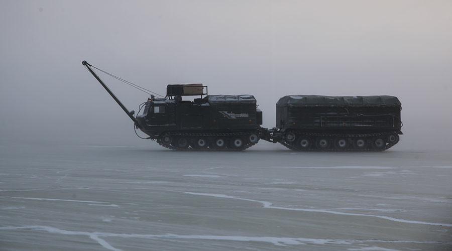 -30°C sur une mer de glace : les images du périple arctique d'un convoi militaire russe