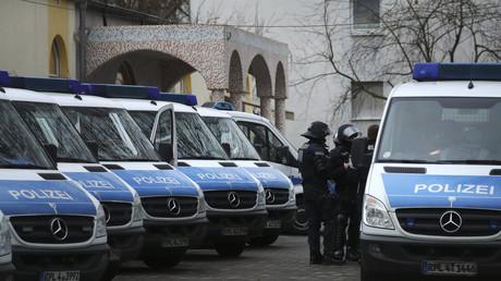 Les forces de police devant la mosquée Bilal de Francfort, le 1er février