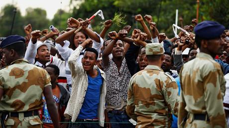 Les gens font un geste caractère du mouvement de protestation des Oromo lors d'un festival à Bishoftu en Ethiopie