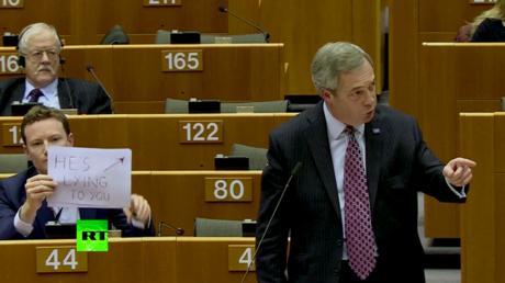 «Il vous ment» : un député européen brandit un panneau pendant un discours de Nigel Farage (VIDEO)