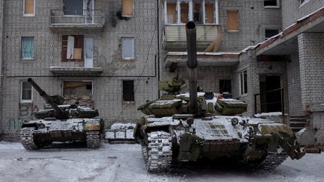 Les chars des forces gouvernementales dans un quartier de la ville d'Avdievka