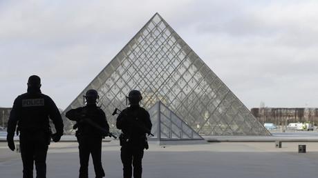 Attaque devant le Louvre : ce que l'on sait de l'incident