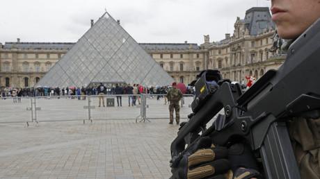Premières images du Louvre après l'attaque contre un militaire (VIDEO)