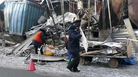 Des habitants de Donetsk nettoient les rues
