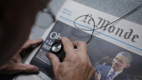 Un employé du Monde vérifie la couverture d'un numéro du quotidien.