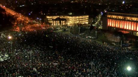 Après quatre soirées de manifestations, le pouvoir prêt à lâcher du lest en Roumanie