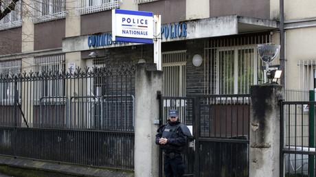 Des violences ont éclaté le 6 février à Aulnay-sous-Bois : parmi les nombreux vidéastes amateurs présents, l'un d'eux a été pris à partie par un policier