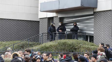 Des policiers anti-émeute en faction devant le commissariat d'Aulnay-sous-Bois alors que plusieurs centaines de personnes défilent en soutien à Théo.