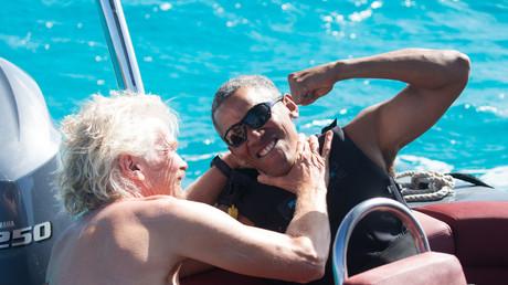 Si Richard Branson et Barack Obama se sont visiblement bien amusés, l'ancien président a tout de même eu le temps de condamner la politiquer de Donald Trump