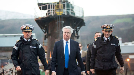 Michael Fallon (au milieu), secrétaire britannique à la Défense  à bord du sous-marin nucléaire Vigilant à Rhu, en Ecosse.