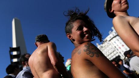 Des femmes défilent seins nus à Buenos Aires pour le droit de bronzer topless à la plage (IMAGES)