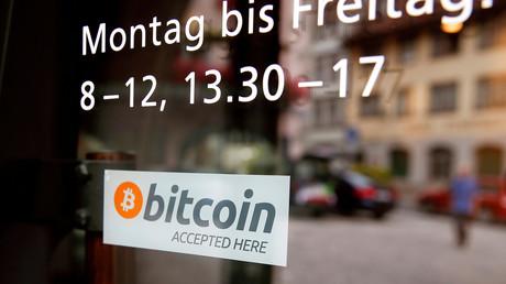 «Bitcoins acceptés» précise un sticker à l'entrée d'un magasin dans la ville de Zoug en Suisse