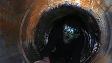 Un jeune homme évoluant dans un tunnel, dans un camp d'entraînement du Hamas (photographie d'illustration)