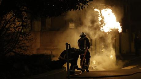 Février 2017 : les pompiers en train d'éteindre le feu pendant les émeutes à Bobigny.
