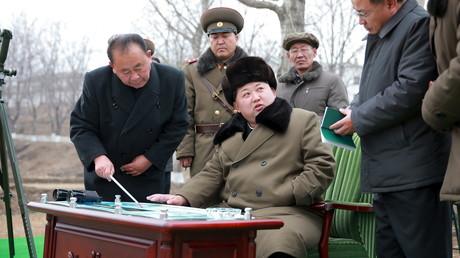 Kim Jong Un, dirigeant nord-coréen, donne des instructions lors d'un essai du missile balistique