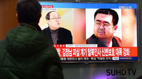 Un passant regarde un reportage sur la mort de Kim Jong-nam à Séoul