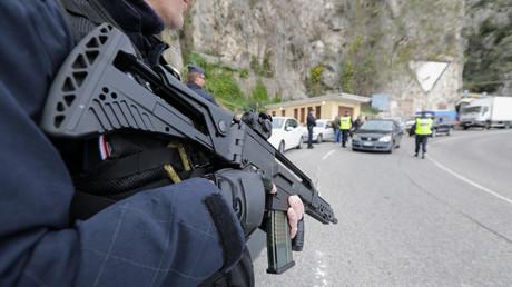 Un policier armé