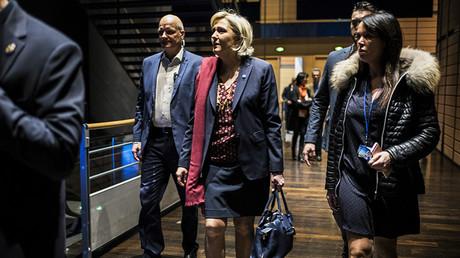Marine Le Pen en compagnie de son garde du corps Thierry Légier et de son assistante Catherine Griset, le 4 février 2017, photo ©Jeff PACHOUD / AFP