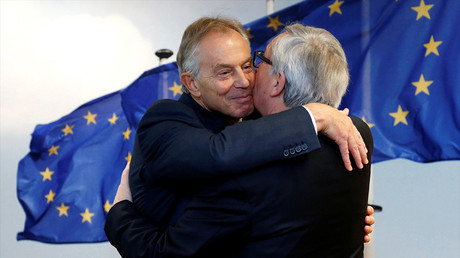 Tony Blair donne l'accolade à Jean-Claude Juncker, président de la Commission européenne, le 25 janvier 2017, photo ©Reuters/Francois Lenoir