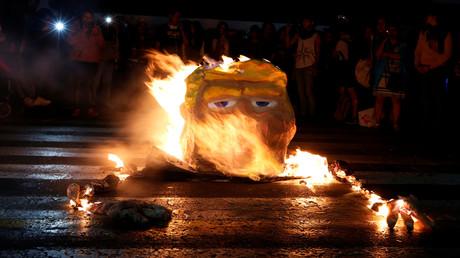 Des manifestants brûlent le portrait du président américain Donald Trump, au Mexique, en janvier 2017.