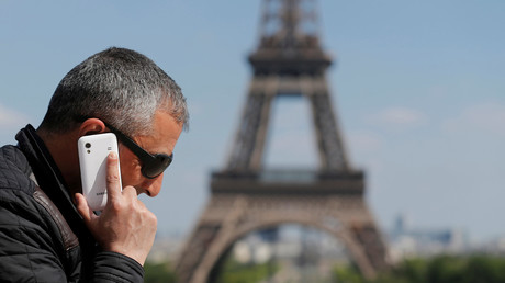 Un homme passe un appel avec son portable sur la Place du Trocadéro, prés de la Tour Eiffel, à Paris.