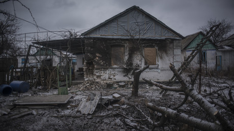Une maison détruite dans le Donbass
