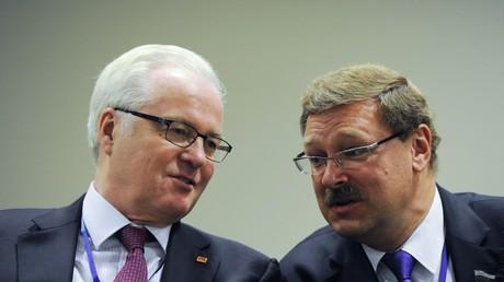 L'envoyé spécial de la Russie auprès de l'ONU Vitali Tchourkine (à gauche), décédé ce lundi le 20 février 2017, et le sénateur russe Konstantine Kosatchiov