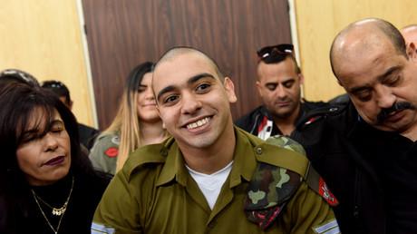 Elor Azaria et ses parents, attendant le verdict du tribunal militaire de Tel Aviv le 24 janvier 2017