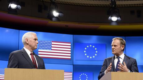 Mike Pence et Donald Tusk, le 20 février 2017 au Conseil européen, à Bruxelles