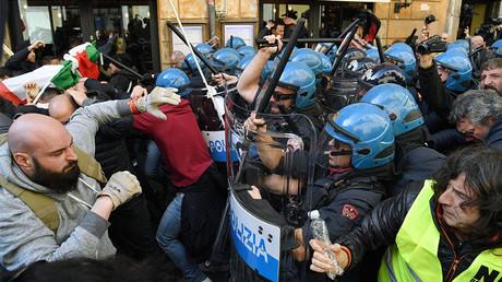 Les chauffeurs de taxis romains protestent contre une loi dont ils estiment qu'elle favorisera de manière excessive les activités du groupe Uber