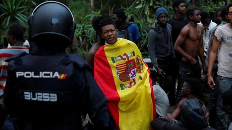 Des migrants à leur arrivée dans l'enclave espagnole Ceuta après avoir réussi à passer la frontière marocaine.