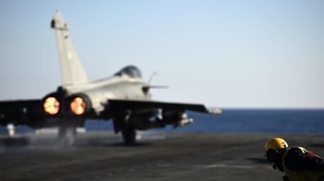 Un chasseur français décollait du porte avion Charles de Gaulle