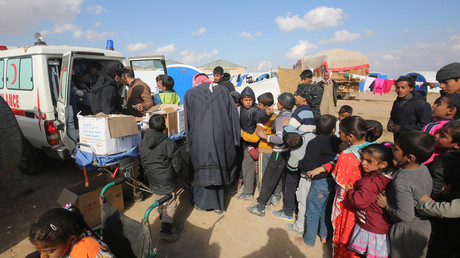 Des enfants déplacés de la ville de Mossoul font la queue pour être examinés par une équipe médicale dans un des camps d'accueil.