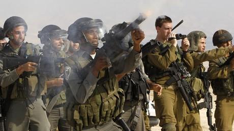 Des soldats israéliens tirent des grenades lacrymogènes dans les territoires occupés