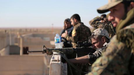 Des combattants des Forces démocratiques syriennes lors d'échanges de tirs dans le nord de la province de Raqqa.