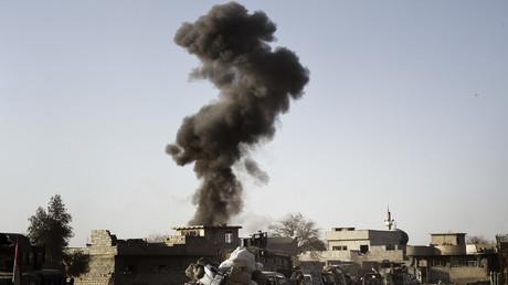 Un nuage de fumée au dessus des combats opposant les forces irakiennes aux combattants de l'Etat islamique à Mossoul le 24 février 2017.
