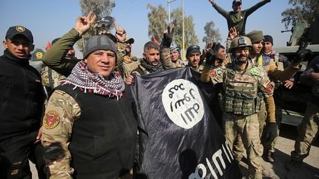 Les troupes irakiennes posent avec un drapeau de Daesh après être entré dans Mossoul