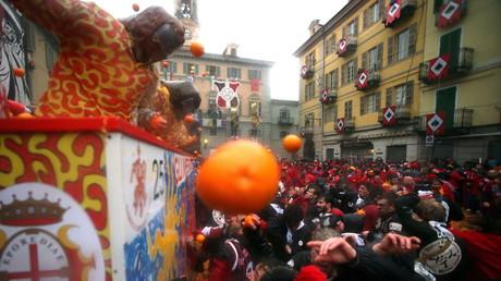 Des milliers d'Italiens se livrent à une spectaculaire bataille d'oranges (VIDEO)