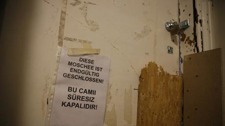 Une affiche notifiant de la fermeture définitive de la mosquée