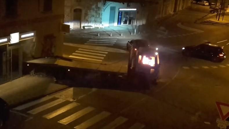 Des braqueurs tentent de dévaliser une banque avec un camion bélier et repartent bredouille (VIDEO)