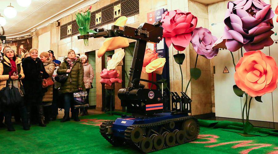 Journée de la femme à la russe : des robots, des policiers et des pilotes se plient en quatre