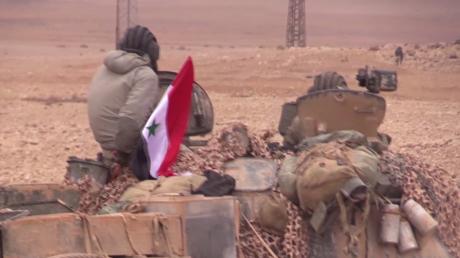 Chars et tirs d'obus : les forces armées syriennes sont tout près de Palmyre (VIDEO EXCLUSIVE)
